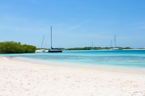 Segelboote am Strand auf der Karibikinsel Los Roques