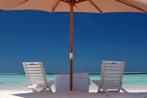 Sonnenschirm und Stühle in Los Roques