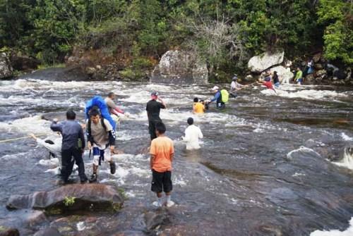 Flussdurchquerung beim Roraima Trekking