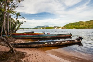 Holzboote in Canaima