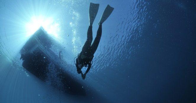 Taucher unterhalb eines Boots in der dominikanischen Republik